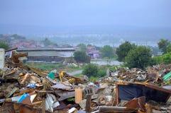 Demolierte Bretterbuderuinen am regnerischen Tag Stockfotografie