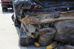 Demolierter hinterer Teil des dunklen Autos nach Unfall Lizenzfreie Stockbilder