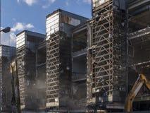 Demolierung der alten Industriegebäude whith Metallkarkasse lizenzfreie stockbilder
