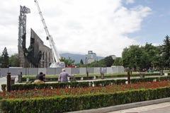 """Demolierung der Jahre des Monuments """"1300 von Bulgariaâ€- nahe durch NDK in Sofia, Bulgarien †""""am 4. Juli 2017 Kommunistisch lizenzfreie stockfotos"""