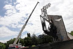"""Demolierung der Jahre des Monuments """"1300 von Bulgariaâ€- nahe durch NDK in Sofia, Bulgarien †""""am 4. Juli 2017 Kommunistisch lizenzfreies stockbild"""
