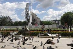 """Demolierung der Jahre des Monuments """"1300 von Bulgariaâ€- nahe durch NDK in Sofia, Bulgarien †""""am 4. Juli 2017 Kommunistisch stockfoto"""