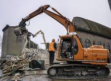 Demolierung der Kirche mit hydraulischen Maschinen lizenzfreies stockfoto