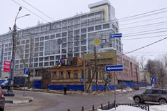 Demolierung eines alten Hauses auf einem Hintergrund von Neubauten, Nischni Nowgorod Russland Stockfotografie