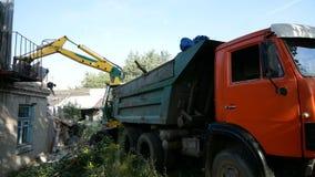 Demolierung eines alten Hauses für neues Projekt stock video