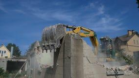 Demolierung eines alten Hauses für neues Projekt stock footage