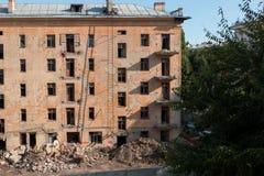 Demolierung eines Apartmenthauses lizenzfreie stockbilder