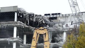 Demolierung eines Bürogebäudes stock video footage