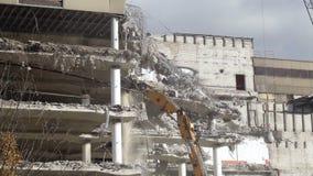 Demolierung eines Bürogebäudes stock video
