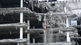 Demolierung eines Bürogebäudes stock footage