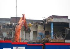 Demolierung eines Gebäudes. Lizenzfreies Stockfoto