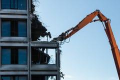 Demolierung eines zerstörten Gebäudes stockbild