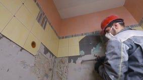 Demolierung von alten Fliesen mit Jackhammer Erneuerung von alten Wänden im Badezimmer oder in der Küche stock footage