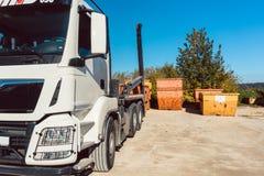 Demolierungsrückstandbehälter, der wartet, auf LKW geladen zu werden Lizenzfreie Stockfotografie