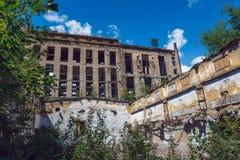 Demolished arruinou construções abandonadas da fábrica fotografia de stock