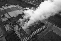 Demolished que queima a construção industrial imagem de stock royalty free
