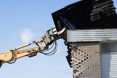 Demolisher Arm und Gebäude Stockfotos