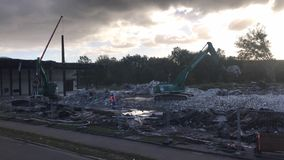 Demolition Company Wilko Wagner rasga apagado un edificio de la fábrica en Pinneberg almacen de metraje de vídeo
