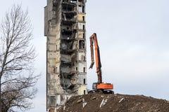 Demolizione della costruzione con l'escavatore idraulico Fotografia Stock Libera da Diritti