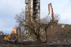 Demolizione della costruzione con l'escavatore idraulico Immagini Stock