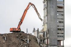 Demolizione della costruzione con l'escavatore idraulico Fotografie Stock Libere da Diritti