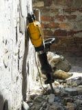 Demolizione delle pareti Martello di demolizione contro la parete distrutta immagine stock libera da diritti