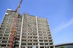 Demolizione di un grattacielo con un'alta gru Fotografie Stock