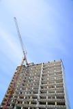 Demolizione di un grattacielo con un'alta gru Immagini Stock Libere da Diritti