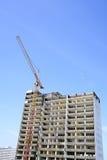 Demolizione di un grattacielo con un'alta gru Fotografia Stock
