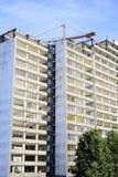 Demolizione di un grattacielo con un'alta gru Immagini Stock