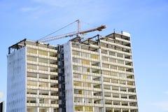 Demolizione di un grattacielo con un'alta gru Fotografia Stock Libera da Diritti