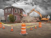 Demolizione di vecchia casa con l'escavatore meccanico Fotografia Stock