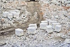 Demolizione e smantellamento dei resti di grande impresa industriale I mattoni sono disposti sui pallet per ulteriore transp immagine stock