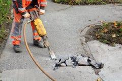 Demolizione, lavoratore e martello pneumatico dell'asfalto fotografie stock libere da diritti