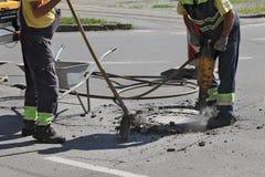 Demolizione, lavoratore e martello pneumatico dell'asfalto immagini stock libere da diritti