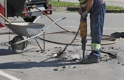 Demolizione, lavoratore e martello pneumatico dell'asfalto immagine stock libera da diritti