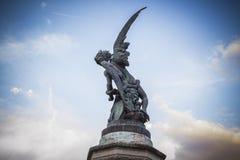 demon, czarcia postać, brązowa rzeźba z demonic gargulecami i Fotografia Royalty Free