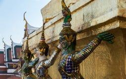 Demonen die zich door gouden stupa bevinden Royalty-vrije Stock Foto
