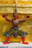 Demoner, som stöttar guld- chedi, kunglig slott Royaltyfri Foto