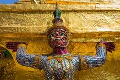 Demoner, som stöttar guld- chedi, kunglig slott Arkivbilder