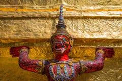 Demoner, som stöttar guld- chedi, kunglig slott Royaltyfria Foton