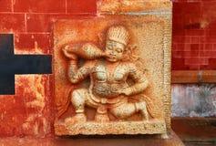 Demonio del bajorrelieve que bebe la leche La imagen antigua en la pared La India Imagen de archivo