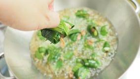 Demonskott till att laga mat till att steka chichenen som slås in i pandan Royaltyfri Fotografi