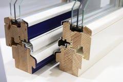 Demonstração da abertura e do fechamento de janelas plásticas e de madeira em uma amostra de perfis Demonstração da qualidade de imagens de stock