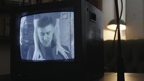 Demonstração dinâmica de piscar a tela expirado da tevê com canto do homem novo filme