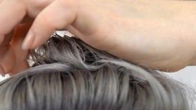 Demonstração do cabelo do resultado que pinta o fim do movimento lento acima do tiro video estoque