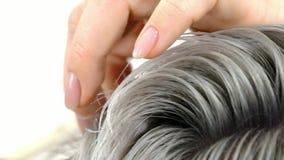 Demonstração do cabelo do resultado que pinta o fim do movimento lento acima do tiro filme
