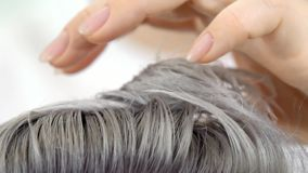 Demonstração do cabelo do resultado que pinta o fim do movimento lento acima do tiro vídeos de arquivo