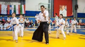 Demonstração do esporte das artes marciais das crianças e das crianças Kyokushin seja fotografia de stock royalty free
