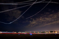 Demonstração do vôo da mostra de ar na noite Fotografia de Stock Royalty Free